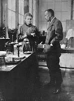 Marie e Pierre Curie nel loro laboratorio